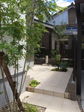 タイルテラスのお庭
