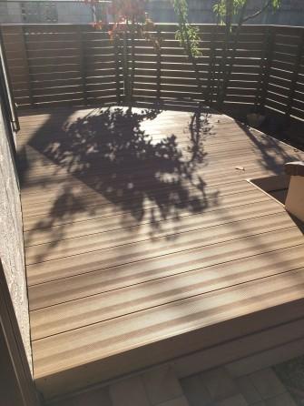朝日を浴びる樹ら楽ステージ木彫